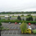 Ausblick aus dem Zimmer (auf Parkplatz & Autobahn): Lärm!
