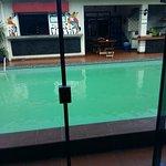 Recien llegando al hostel pieza con vista a la piscina y al bar