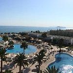 Panorama-bild över pooler och strand