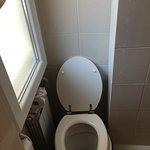 Spazi tra il wc, la finestra ( che dava su un ristorante ) e la doccia
