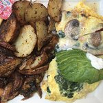 Spinach and mushroom omelette with roasted potato