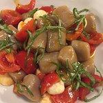 Gnocchi di patata nera con pomodorini ciliegino basilico e mozzarella..