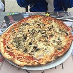 Pizza Regina qui ressemble à une crêpe