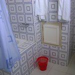 Salle bain très propre avec serviettes disponibles.