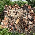 Le foyer extérieur en ruines et dangereux