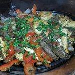 Parrillada de pollo, carne, y camarones (exquisito)