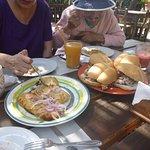 Pan con chicharrón y ricos tamales.
