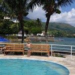 Piscina climatizada com cascata, deck particular com acesso à praia e pier sobre o mar
