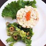 """Зеленоградск, """"20-й меридиан"""": салат оливье """"по-французски"""" (картошка с яйцами в основном), 355"""
