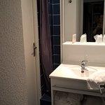L'accès à la douche se fait sur la gauche du lavabo!