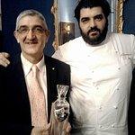 Consegna Decanter ad Emilio Bellossi qui in  compagnia dello Chef Antonio Cannavacciuolo