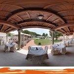 Esterno ristorante con vista sul parco e la piscina
