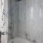 Problemloses Duschen in der Wanne mit rutschsicherem Boden.