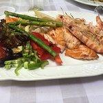 salmón a la brasa con verduras y langostinos