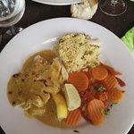 Repas entre amis,  bœuf épicé,  poisson du jour et salade du midi