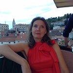Vue sur une jolie femme depuis la terrasse du restaurant