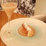 Cannolo di ricotta accompagnato da un bicchiere di latte di mandorle tostate