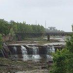 Можно представить, как бурлила вода на порогах, когда она не сдерживалась плотиной водохранилища