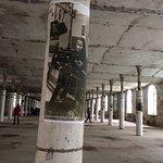 Ткацкий зал. На колоннах работники музея разместили фотографии работниц фабрики