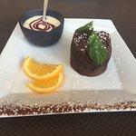 Moelleux au chocolat noir, crème anglaise fruits rouges