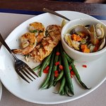 Fresh prawn, salmon, clams, and green beans. Good portions with a salad. Great lunch!