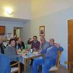 Reunión de amigos en el lving comedor del apart