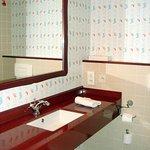 Salle de bain fonctionnelle, beaucoup de serviettes de toilettes