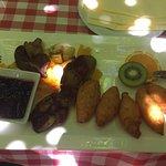 Печень с фруктами и брусничным соусом