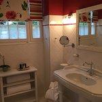 une grande salle de bain avec un très belle douche