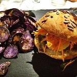 Ok mi sono innamorata di questo piatto: Hamburger di tonno e chips di patate viola 😍