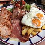"Assiette ""la Baïonna""œufs au plat, jambon cuit, jambon cru, frites, salade, poivrons cuisines mu"