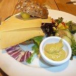 Bocadillo de queso emmental con pan de cereales.