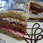 Torta Mandy's: amapolas, manjar, frambuesas y crema