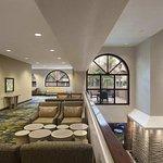 Photo de Embassy Suites by Hilton Hotel Phoenix - Tempe