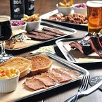 Jimbo Smokehouse bandeja y cervezas