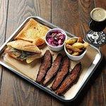 Jimbo Smokehouse bandeja carne ahumada con sides