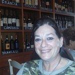 Interior de Boccadama, con los distintos vinos de diferentes regiones de Italia, en los estantes