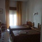 Habitación triple. Cama sencilla y cama de matrimonio. Vistas a la piscina y la sierra.