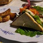 Club sandwich con tofu marinato e patate al forno