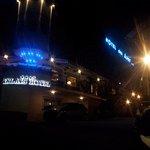 Vista dell albergo in notturna.
