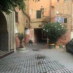 Arrivée directe par taxis place Zaouit Lhardar