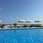 Blick von der Poolliege auf Pool und Meer