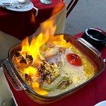 Dorade cuite au four dans un bain de citron et parfumée aux épreuves créoles, le tout flambé au