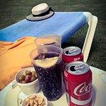 Relax en la piscina, aceitunas y cacaos gratis para acompañar la bebida