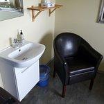 petit lavabo dans la chambre