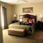 Gorgeous room and fabulous place to rent. Close to several attractions, restaurants and beach ac