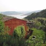 Blick auf den Lago di Liscia mit einem der Bungalows