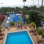 Вид на бассейн, пляж и окрестности - под синей крышей ресторан отеля