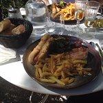 plat hot dog+frites+oeufs bénédicte brunch(pas bon)