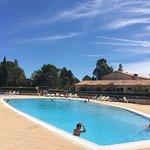 La très jolie piscine du village VTF Le Castelet